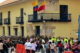 La policía ya había disparado gases lacrimógenos en la esquina noreste de la Plaza de Bolívar, otros estaban listos para bloquear la salida suroeste.