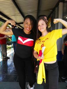 Hannah Gabriels en la Escuela Sinaí de Pérez Zeledón junto a una guía del PAC. Fotografía Erick Solís