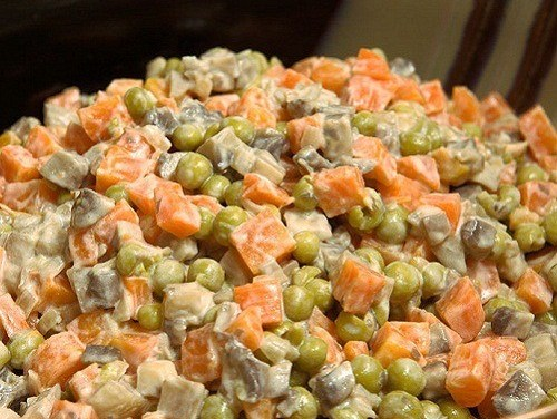 Insalata con funghi e carote.