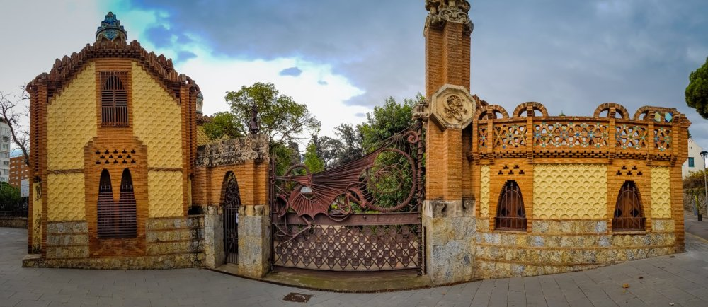Dragon Gate Gaudi Trail barcelona