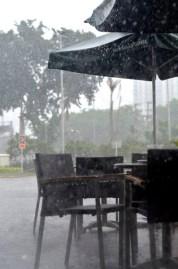 hujan deras lho! untungnya fahmi mau nganter jemput ke kantor.. thx ya mi~