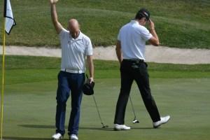 Åke Nilsson jubler her efter sejren ved PGA Catalunya Resort Championship. Martin Ovesen forlader skuffet greenen.