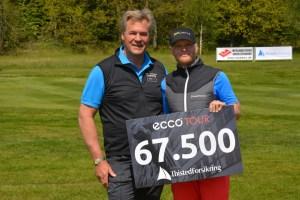 Svenske Eric Blom (th) vandt Thisted Forsikring Championship i Holstebro Golfklub. Checken overrækkes her af direktør i Thisted Forsikring, Dennis René Petersen.