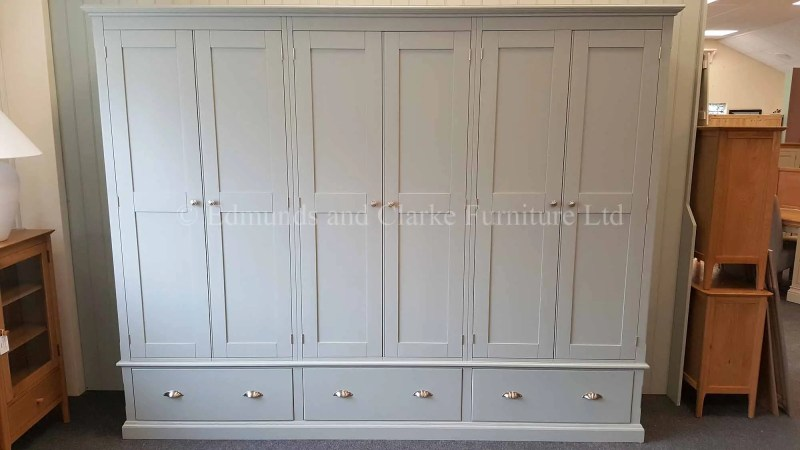 Bespoke 6 door wardrobe. 3 large drawers with premium cup handle and knobs