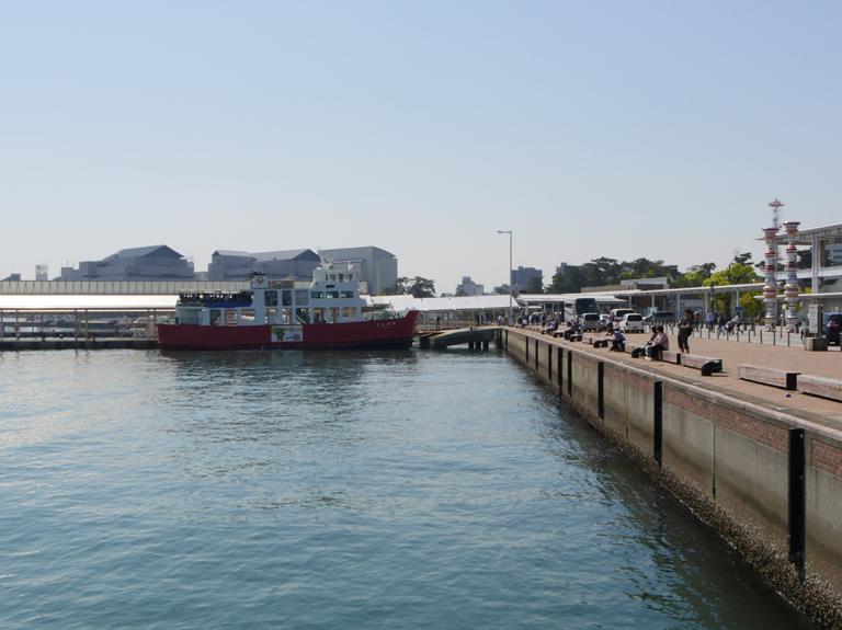 フェリーと高速旅客船のチケット売り場・乗船場