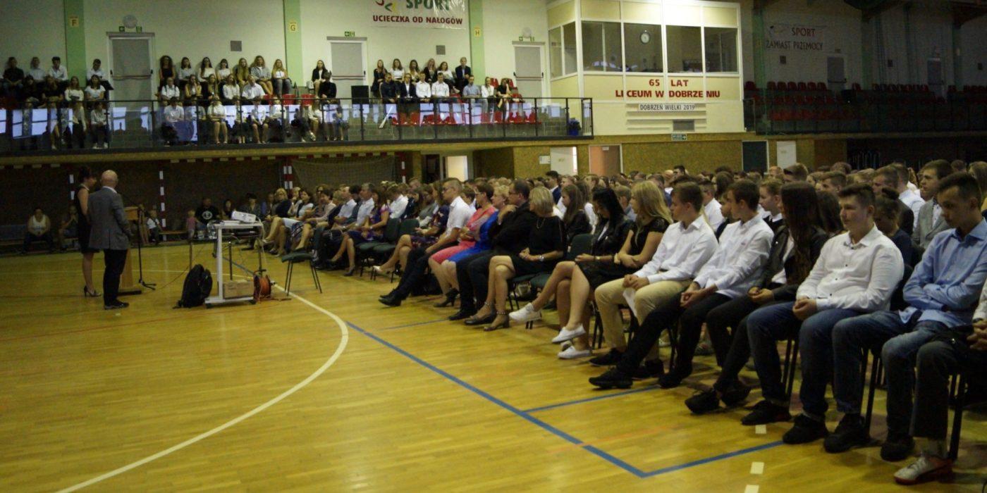 Uczniowie wrócili w mury Zespołu Szkół w Dobrzeniu Wielkim 1