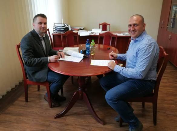Wójt Paweł Wąsiak i prezes Tomasz Bardjan podczas podpisywania umowy
