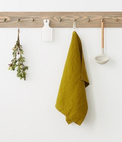 Torchon lin lavé vert coriandre sur crochet en bois   Cuisine Minimaliste