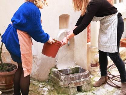 Tablier en lin lavé bois de rose, cuisine et jardinage en ville dans une cours parisienne - crédit : Échoppe végétale