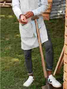 Tablier en lin lavé jardinier urbain marin rayures blanc et gris et basket VEJA blanche- Échoppe Végétale