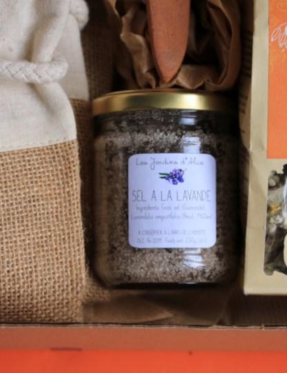 pot en verre rempli de sel de camargue à la lavande avec une étiquette blanche posée sur le devant, fabriqué par les jardins d'Alice, en France