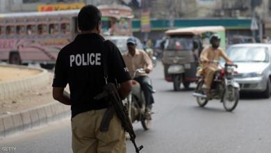"""صورة شرطي باكستاني يضرب عجــوزا هندوسيا لأنه """"مفطر"""""""