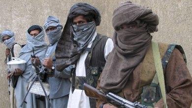 صورة في حادثة مروعة ..طالبان تقتل قاضيًا أفغانيًا وتعلّق جثته بمكان عام