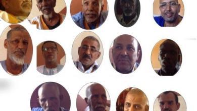 صورة إخوة لمنتخبون ن و مسؤولين يعبرون عن مقاطعتهم لتعديل الدستور خلال اجتماع قبلي