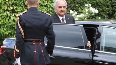 صورة حفتر يعود إلى بنغازي بعد رحلة علاج بباريس