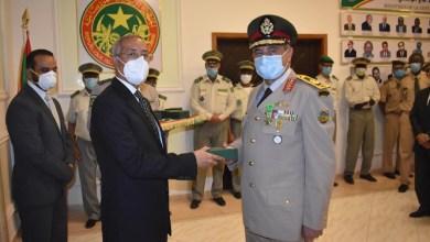 صورة وزير الدفاع حننه ولد سيدي  يوشح ضباطا مصريين