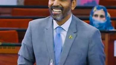 صورة النائب محمد بوي ينسجب من جلسة في البرلمان بعد إصرار وزير الإقتصاد على الحديث باللغة الفرنسية