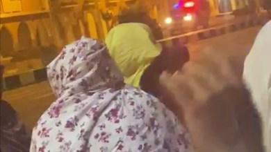 صورة تعرض نسوة من دائني الشيخ الرضي لقمع شديد من طرف الشرطة أمام القصر الرئاسي
