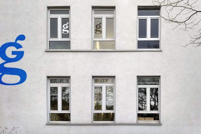 GrafiKS Logo auf den Bürofenstern