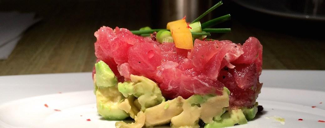 Thunfisch-Tartar mit Avocado, Zitrone, Mango und Olivenoel