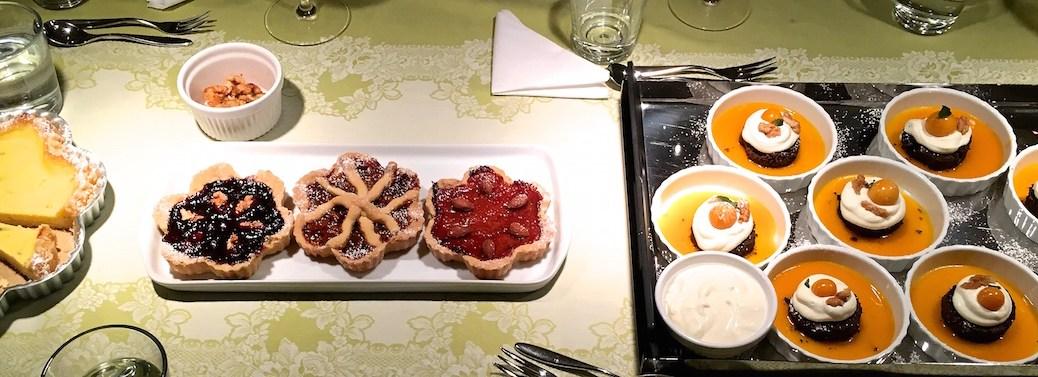 desert variation schoko schokoladen toertchen auf mangospiegel mit sahne kap stachelbeeren und karamellisierten walnuessen img_7911