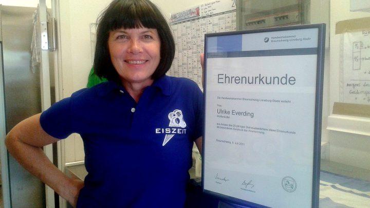 """Frau Everding mit der Ehrenurkunde zum 25-jährigen Bestehen der """"Eiszeit""""/ © Elisabeth Fischer, Stadt Wolfenbüttel"""