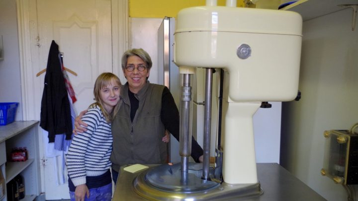 Frau Holzapfel mit einer Schülerpraktikantin mit der Eismaschine / © Elisabeth Fischer, Stadt Wolfenbüttel