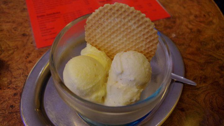Vanille-Eis mit echter Vanille im Café Klatsch / © Elisabeth Fischer, Stadt Wolfenbüttel