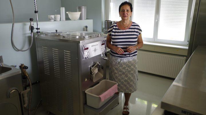 Frau Borkowski mit ihrer Eismaschine in der Sylter Eismanufaktur / © Elisabeth Fischer, Stadt Wolfenbüttel