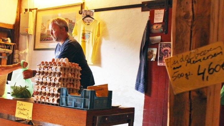Hans-Martin Pölig hinter seinem Verkaufstresen