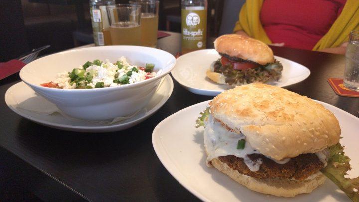 Burger und Salat bei Mom´s Burger