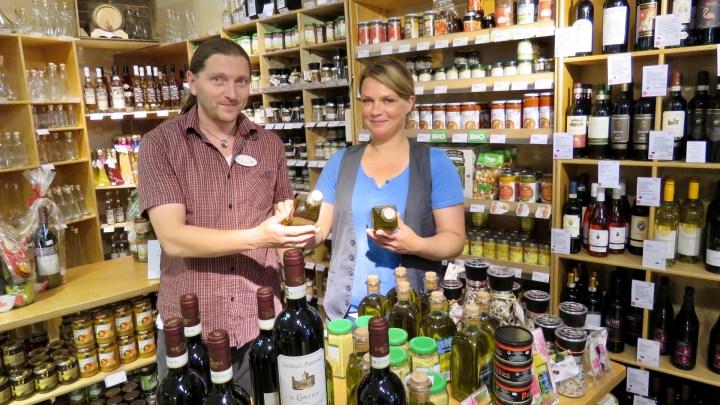 Jörn Zeisbrich und seine Frau im Laden
