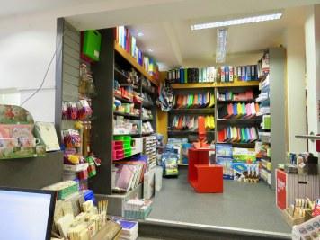 Neben Büchern gibt es bei Steuber ein breites Angebot von Schreibwaren.