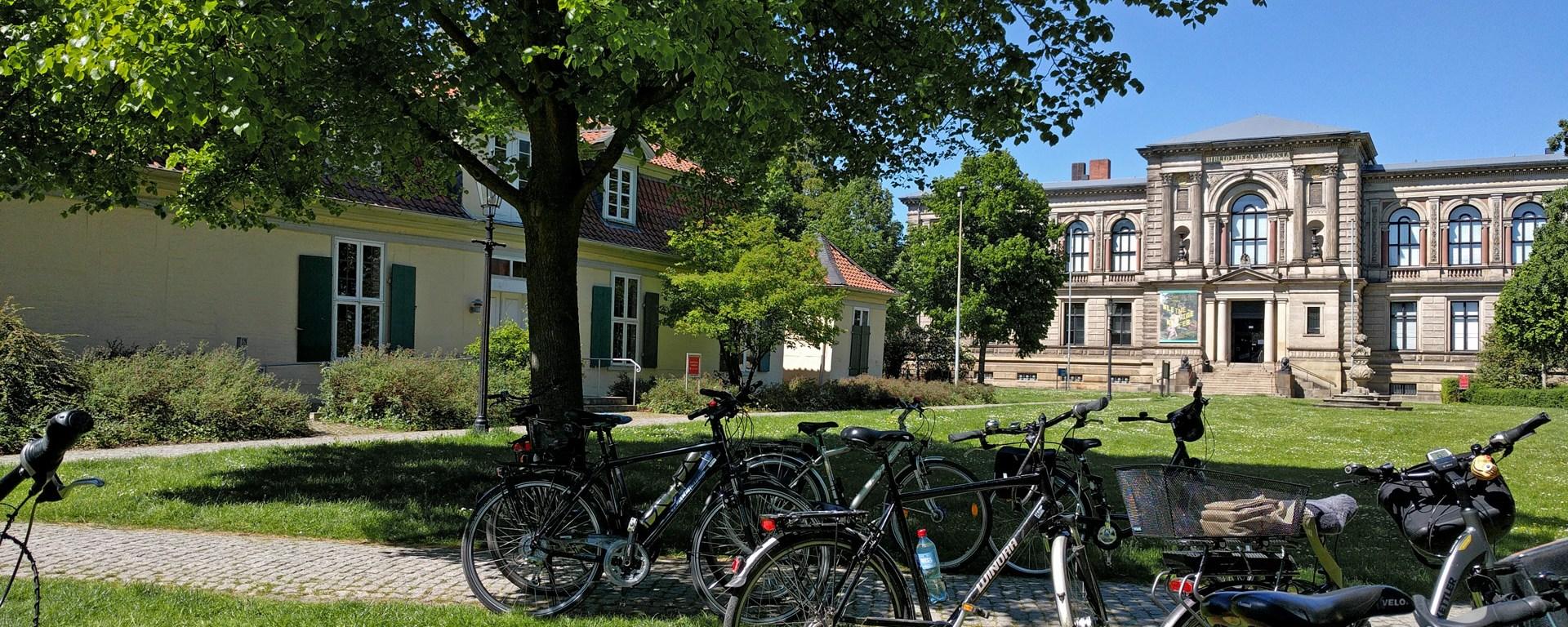 Links das Lessinghaus, rechts die Herzog August Bibliothek