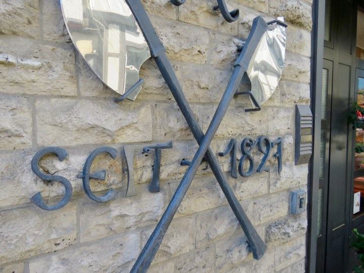 Neben dem Eingang ist in eisernen Ziffern 1897 als Jahr der Betriebsgründung zu lesen.