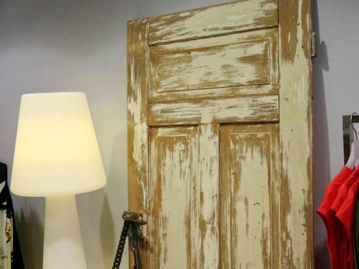Die Türen im Geschäft sehen aus, wie aus einer alten Finka auf Mallorca.