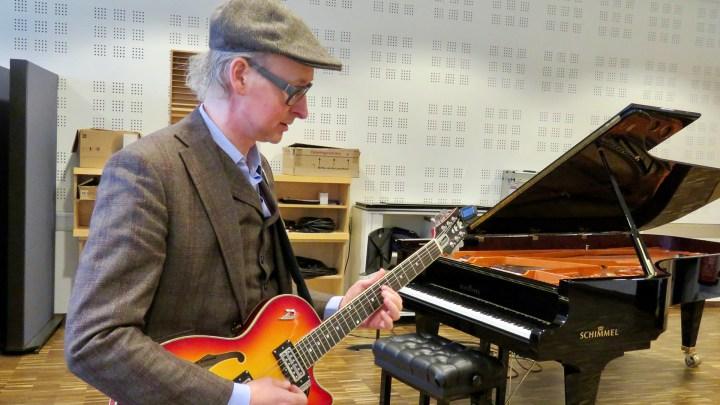 Ingo Lutzt spielt E-Gitarre, Aber heute schreibt er lieber selbst Lieder.