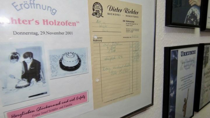 In der »Ruhmeshalle« der Bäckerei sind Urkunden und allerlei Dinge zu finden, die von der 80-jährigen Geschichte des Betriebs erzählen.