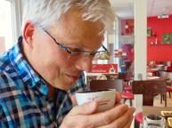 Der gemahlene Kaffee wird zunächst beschnuppert.