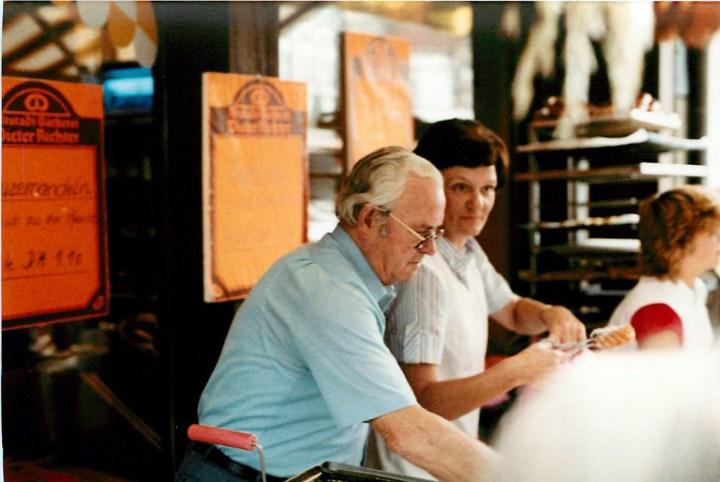 Bei den Stadtfesten war Walter Richter noch lange mit dabei. Hier ist er 1982 mit Inge Richter beim Verkauf. (Bild: Richter)