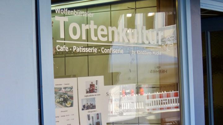 """Im Schaufenster des kleinen Cafés steht der Name """"Wolfenbütteler Tortenkultur""""."""
