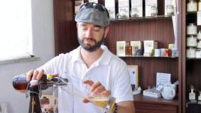 Denver Künzer schenkt vorsichtig das Bier aus der Flasche in ein Glas.
