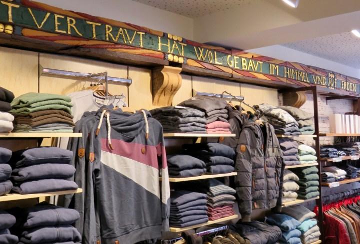Die Fachwerkinschrift im inneren des Ladens erinnert an eine reiche Geschichte.