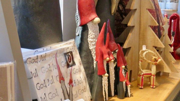 Dekoration mit skandinavischen Wichteln und Julböcken.