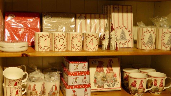 regale voll mit weihnachtlichen Besonderheiten: Dosen, Servietten, Tassen, Kerzen.