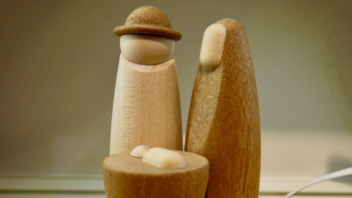 Moderne Krippenfiguren aus Holz.
