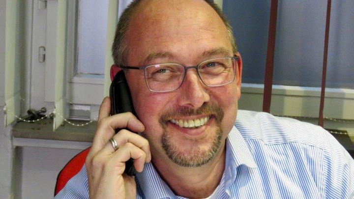 Alexander Ambros telefoniert gerne mit seinen Kunden.