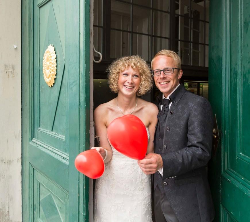 Brautpaar kommt auf dem Standesamt in Wolfenbüttel