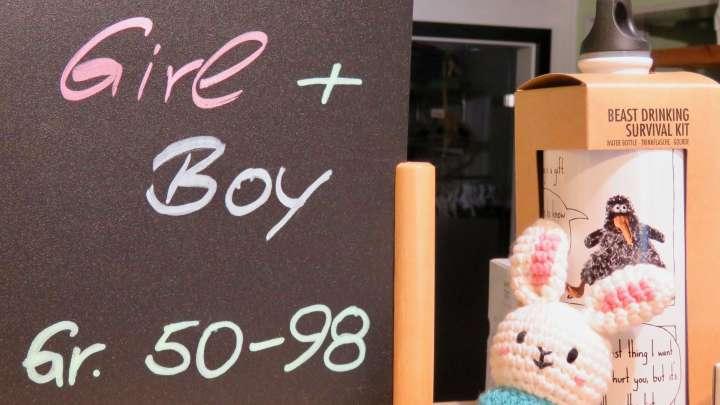 Auf einer Tafel steht, dass es hier Kleidung für Jungen und Mädchen in den Größen 50 bis 98 gibt.