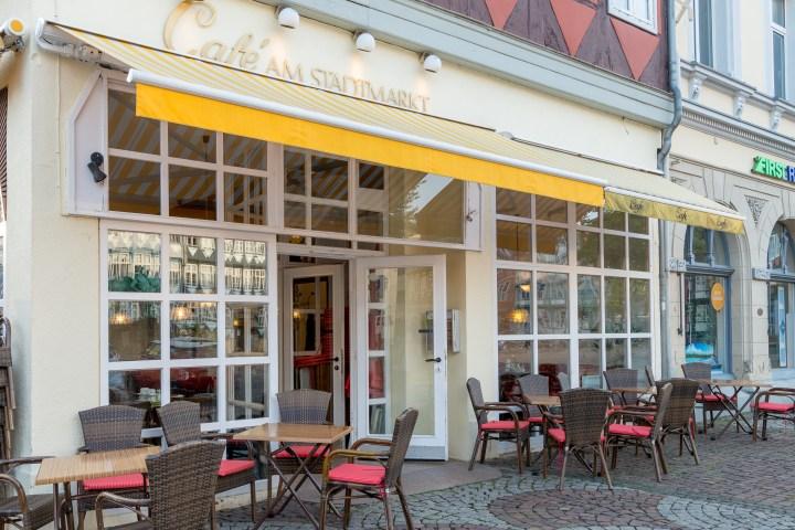 Café am Stadtmarkt von außen mit Sitzgelegenheiten vor der Tür